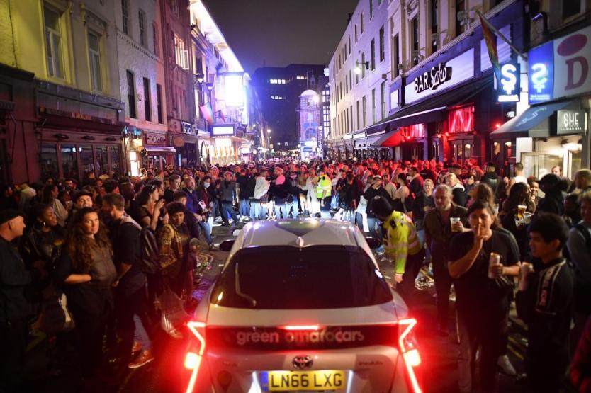 Noche de fiesta fuera de control: los ingleses no se midieron tras reapertura de bares