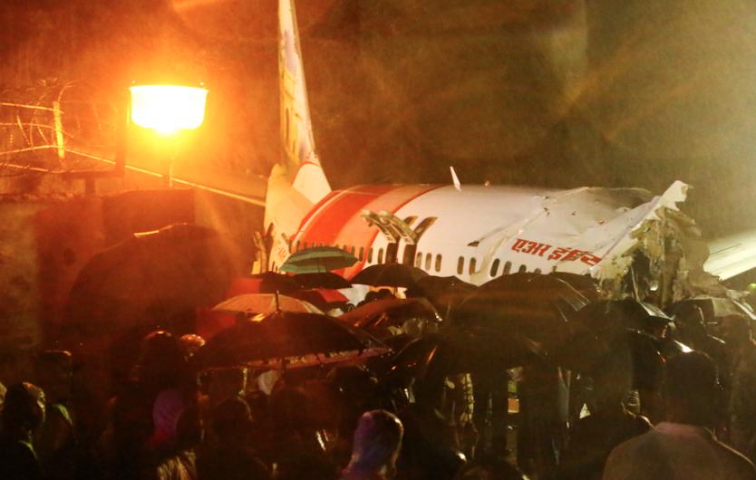 Al menos 17 muertos tras accidente de avión en India que se partió en dos