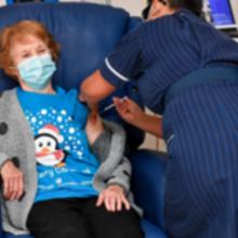 Británicos, los primeros en el mundo en vacunarse contra la covid-19