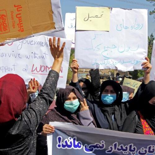 Mujeres afganas protestan para pedir a talibanes la protección de sus derechos